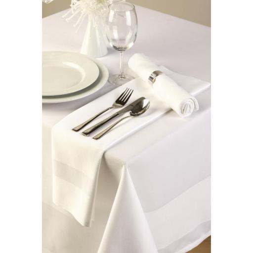 Mantel rectangular blanco satinado de poliéster hilado 1778mm.x 2743mm CE519