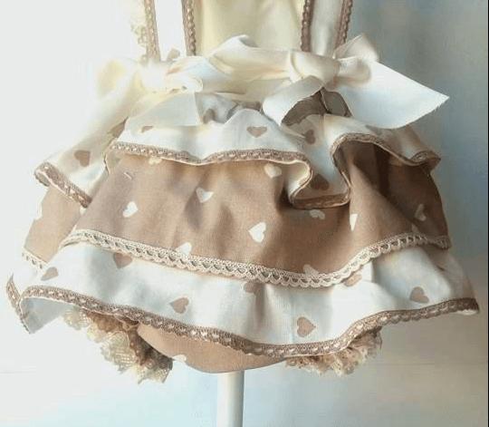 Detalle volantes del pelele bebé con tela de corazones