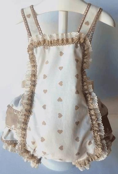 Pelele bebé realizado con tela de corazones