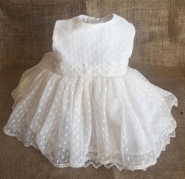 Vestido de bebé realizado con tul plumeti y batista