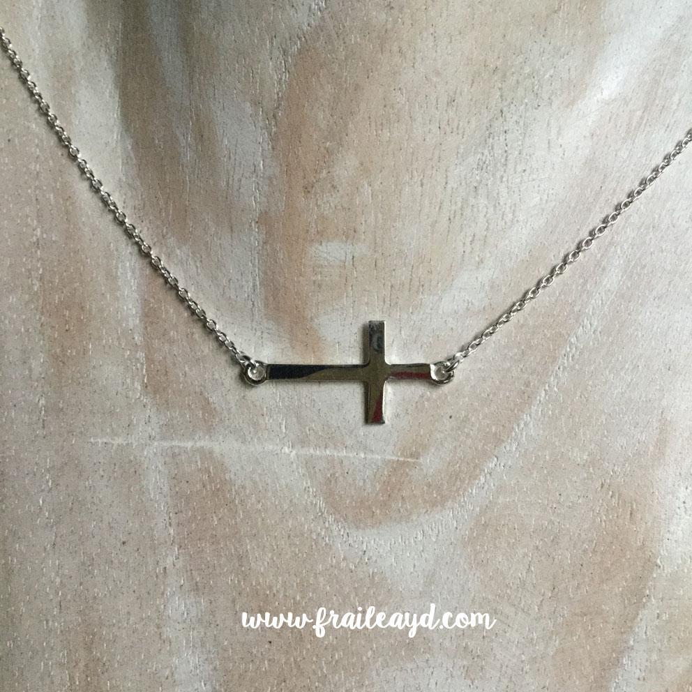 Colgante cruz tumbada horizontal con cadena plata