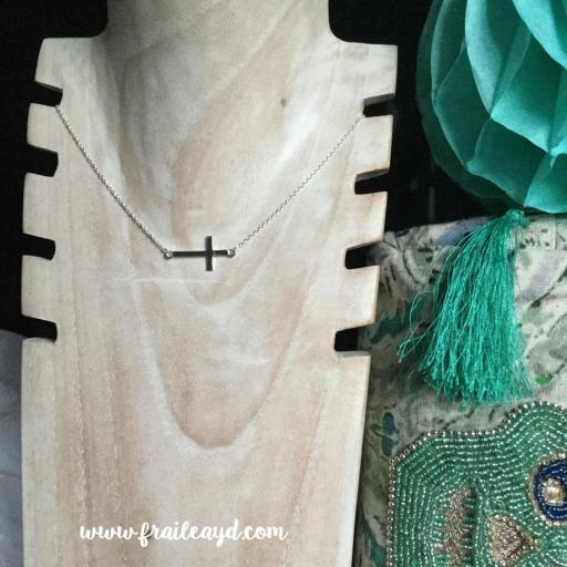 Colgante cruz tumbada horizontal con cadena plata [1]