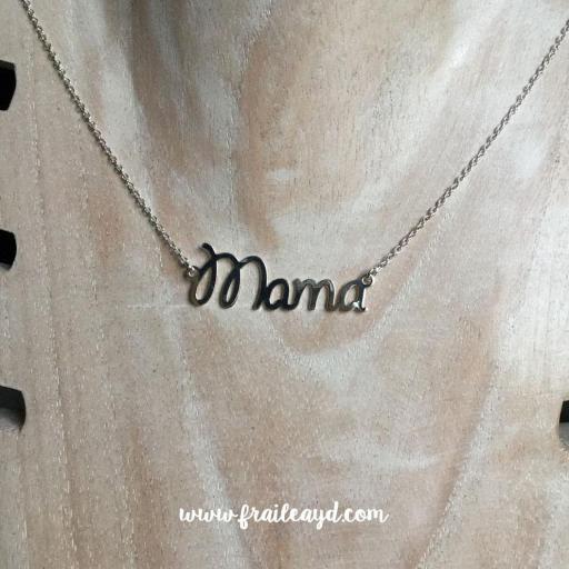 Colgante palabra mamá con cadena plata