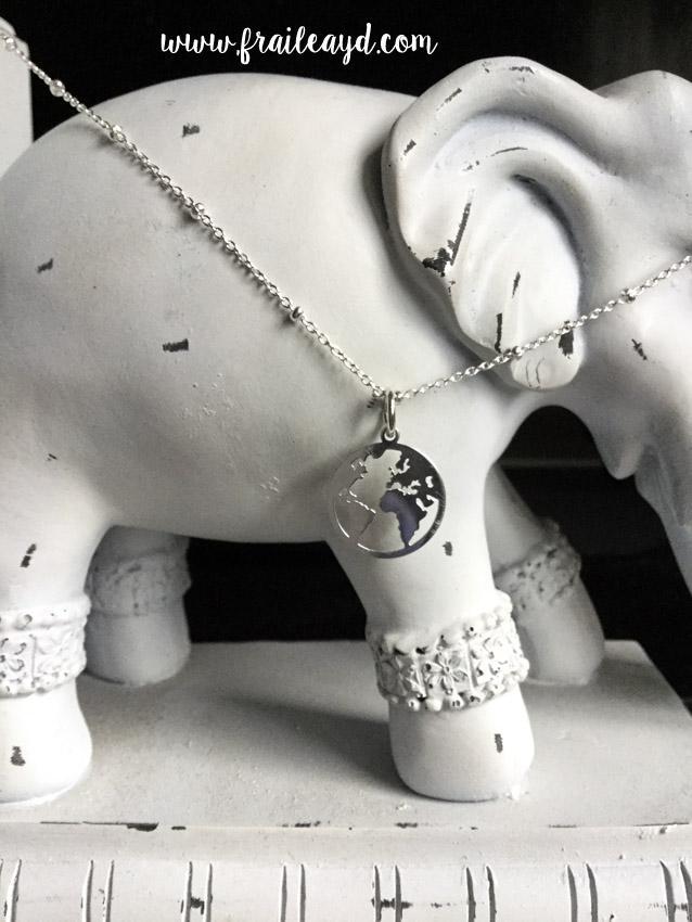 Colgante mundo con cadena plata con bolitas