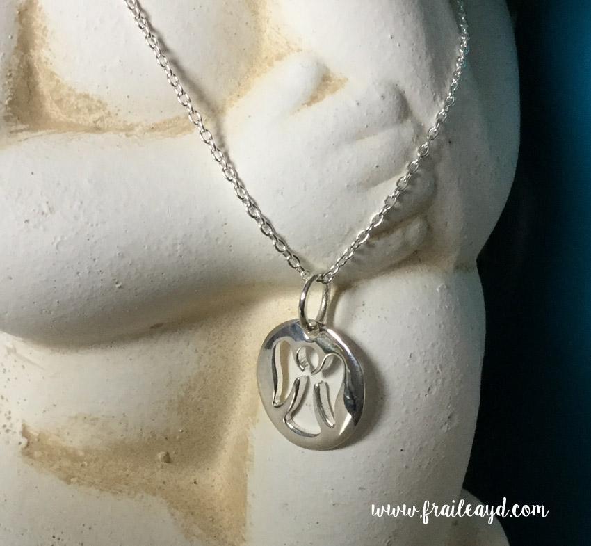 Colgante medalla angelito calado con cadena plata