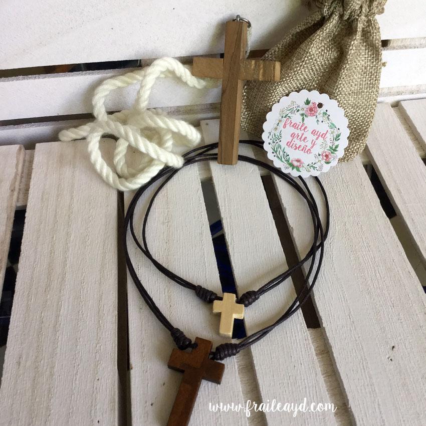 Cruz de madera  con cordón ajustable