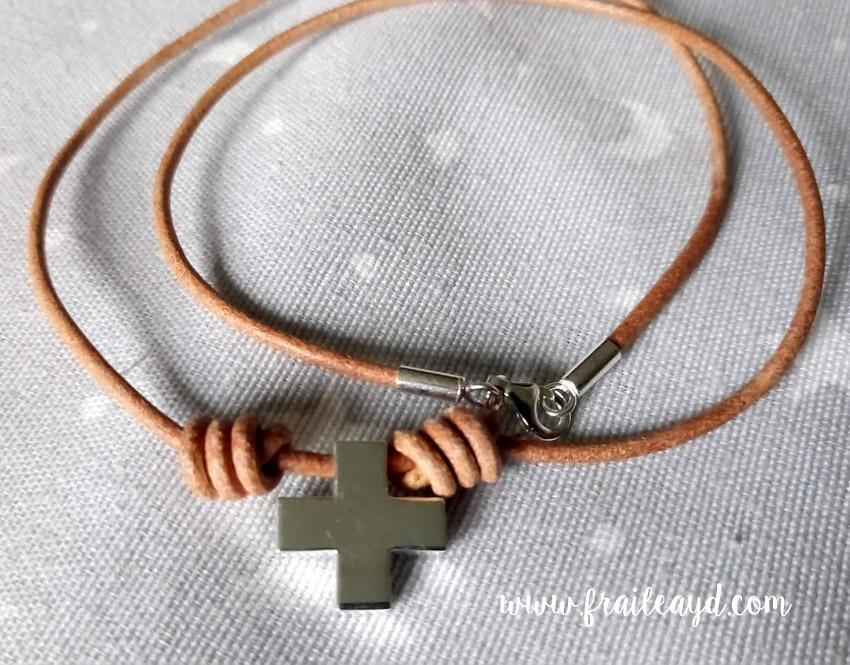 Gargantilla cuero cruz cuadrada plata 2
