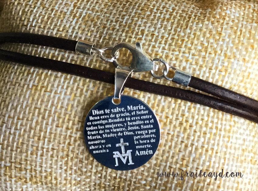 Medalla Avemaría grabado en gargantilla de cuero
