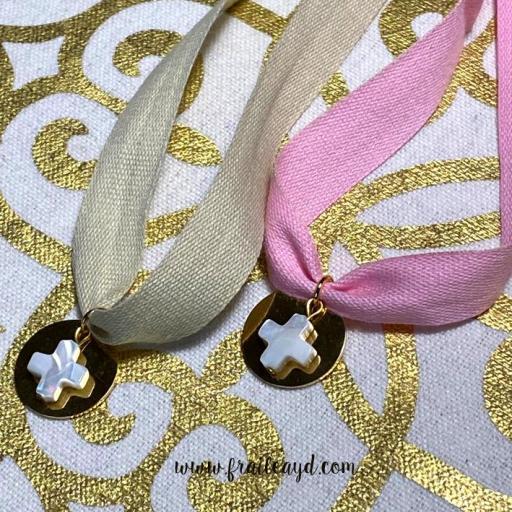 Gargantilla algodón medalla dorada cruz de nácar
