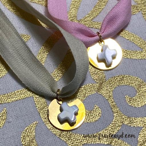 Gargantilla algodón medalla dorada cruz de nácar [1]
