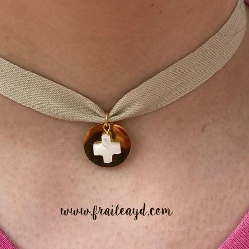 Gargantilla algodón medalla dorada cruz de nácar [2]