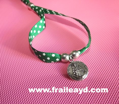 Pulsera cinta de lunares verdes medalla Virgen del Rocío pequeña