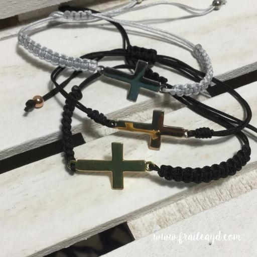 Pulsera macramé cruz tumbada plata chapada oro