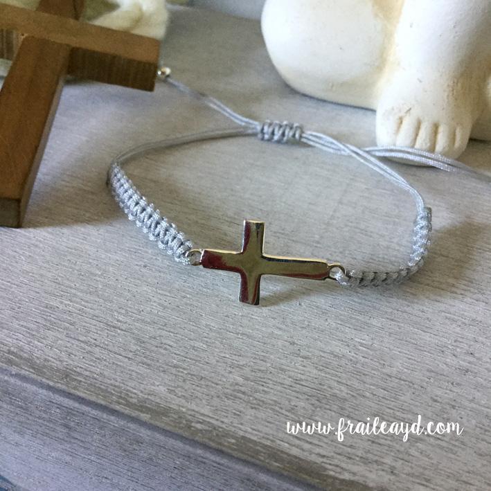 Pulsera macramé cruz plata tumbada