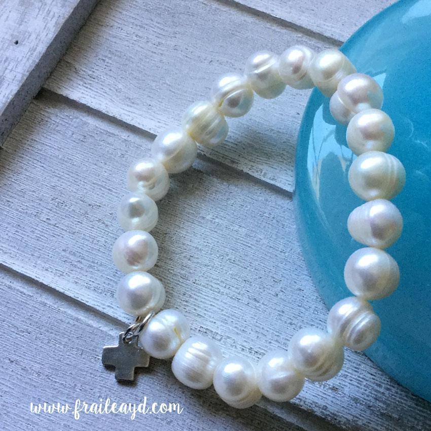 Pulseras de perlas con cruz de plata