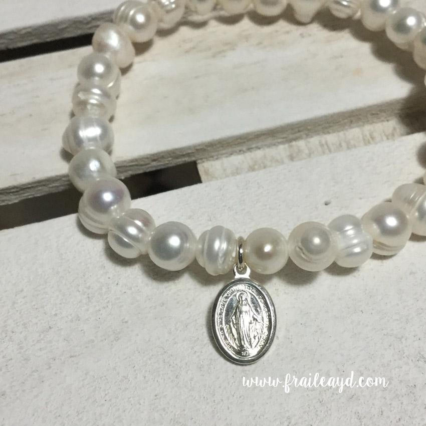 Pulsera perlas con medalla virgen milagrosa plata