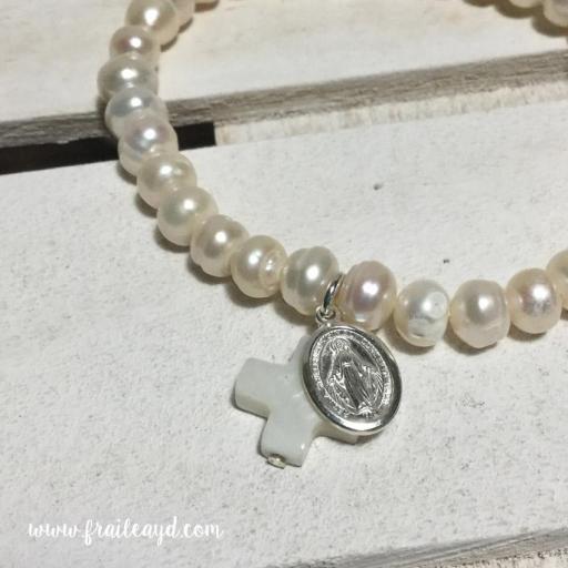Pulsera perlas con medalla virgen milagrosa plata y cruz de nácar [2]