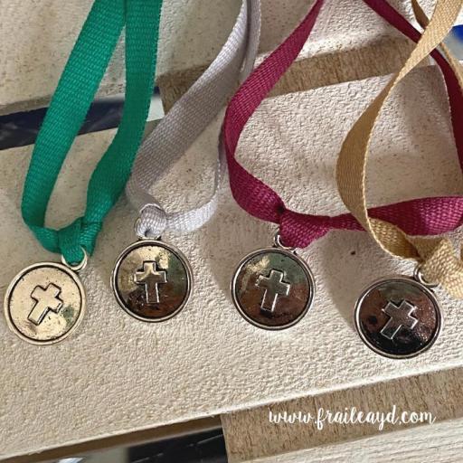 Pulsera algodón medalla cruz relieve