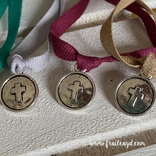 Pulsera algodón medalla cruz relieve [1]