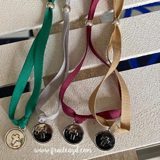 Pulsera algodón medalla cruz relieve [2]