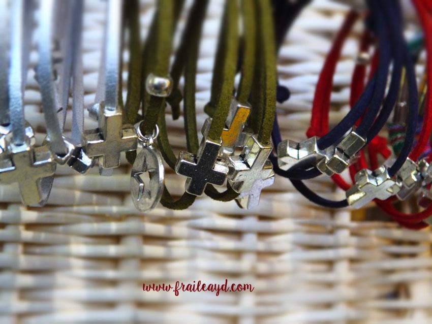Pack 25 pulseras antelina cruz pasante en bolsa de gasa