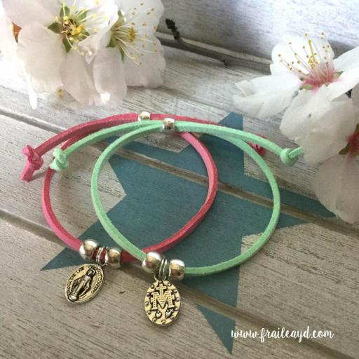 Pack 25 pulseras antelina medalla Virgen Milagrosa mini en bolsa de lino/saco  [2]