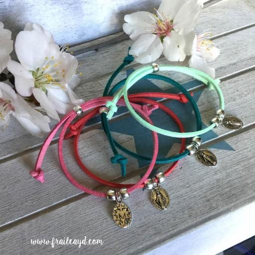 Pack 25 pulseras antelina medalla Virgen Milagrosa mini en bolsa de lino/saco