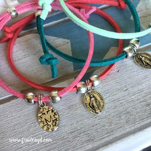 Pack 25 pulseras antelina medalla Virgen Milagrosa mini en bolsa de lino/saco  [1]