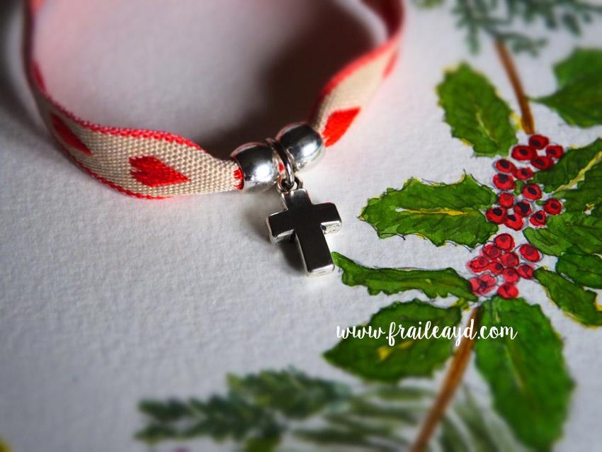 Pulsera cinta corazones rojos cruz