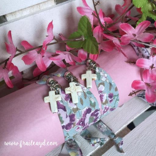 Pulsera cinta flores cruz blanca