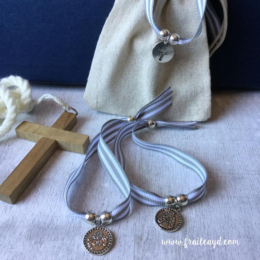 Pulseras de cinta de rayas grises con medalla