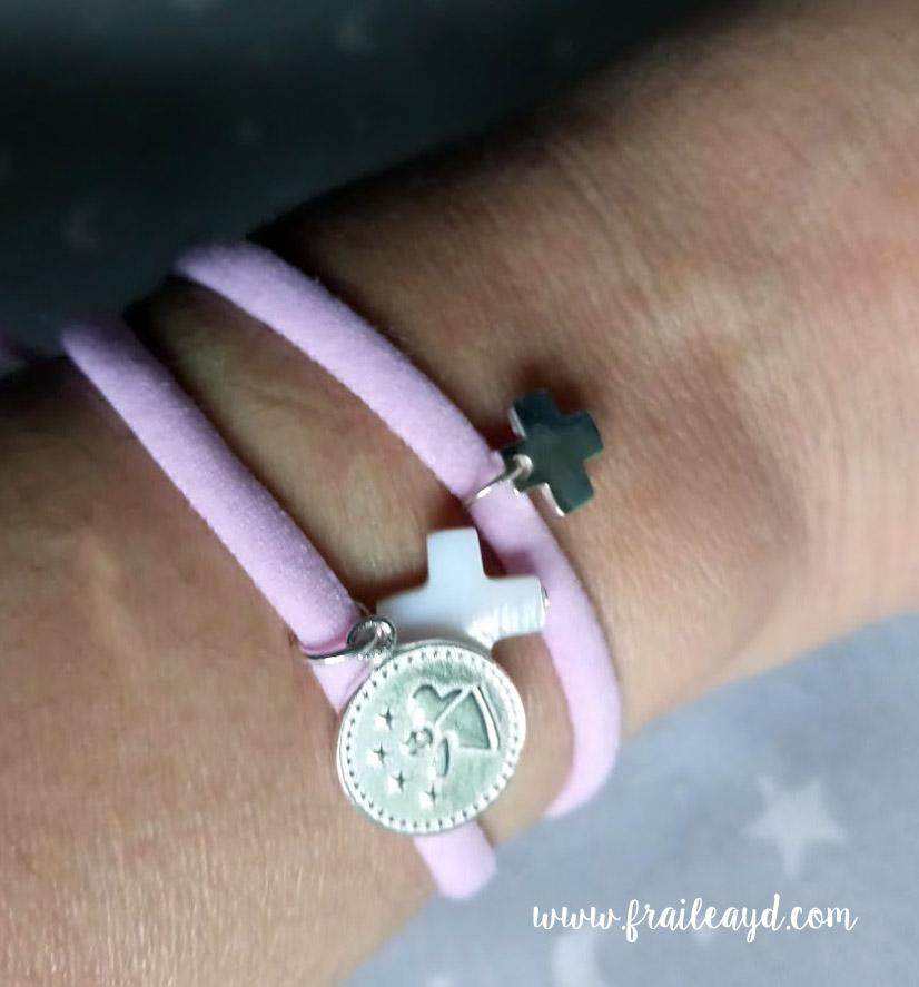 Pulsera de cordón elástico rosa con medalla de angelito por fis plata y cruz de nácar