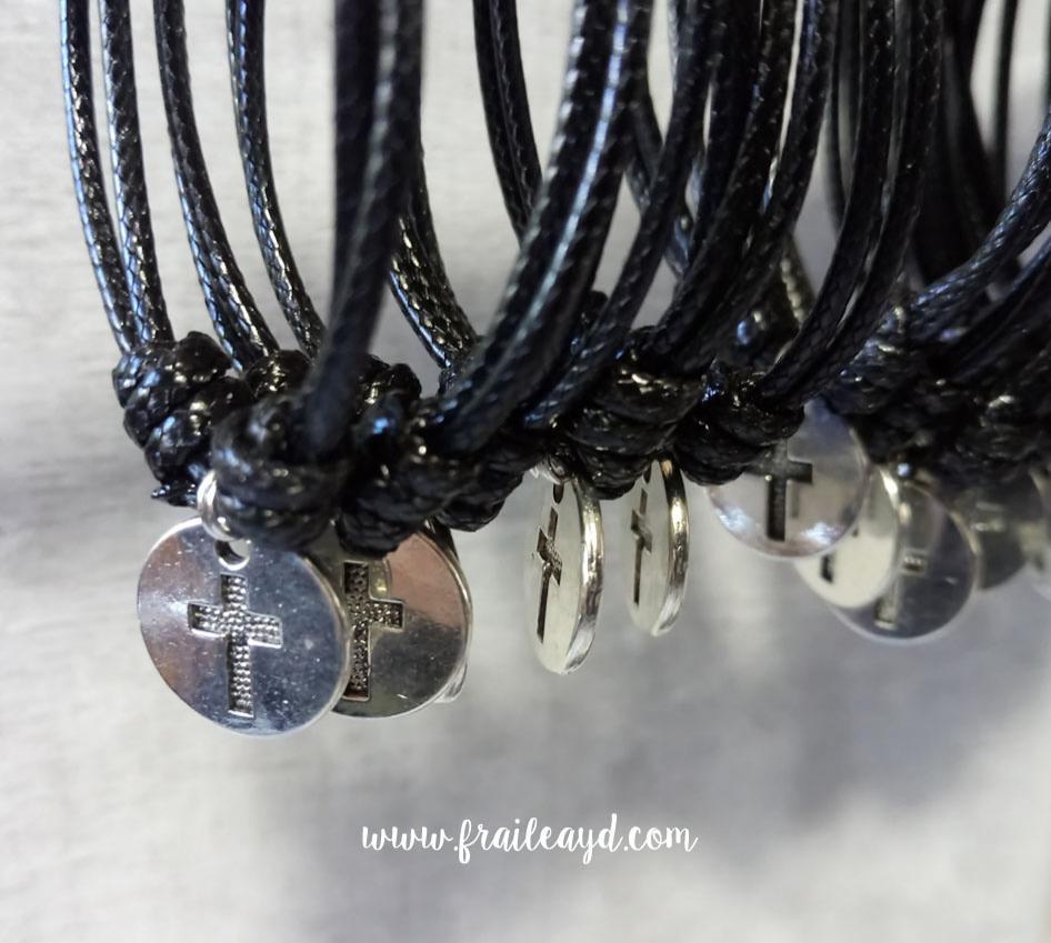 Pack de 10 pulseras de nudos y medalla cruz grabada