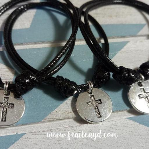 Pack de 10 pulseras de nudos y medalla cruz grabada [1]