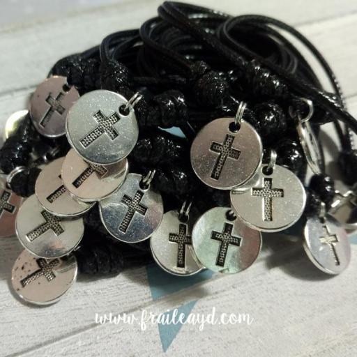 Pack de 10 pulseras de nudos y medalla cruz grabada [3]