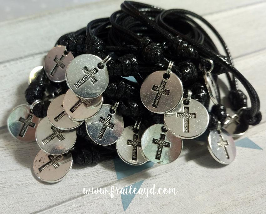 Pack de 20 pulseras de nudos y medalla cruz grabada
