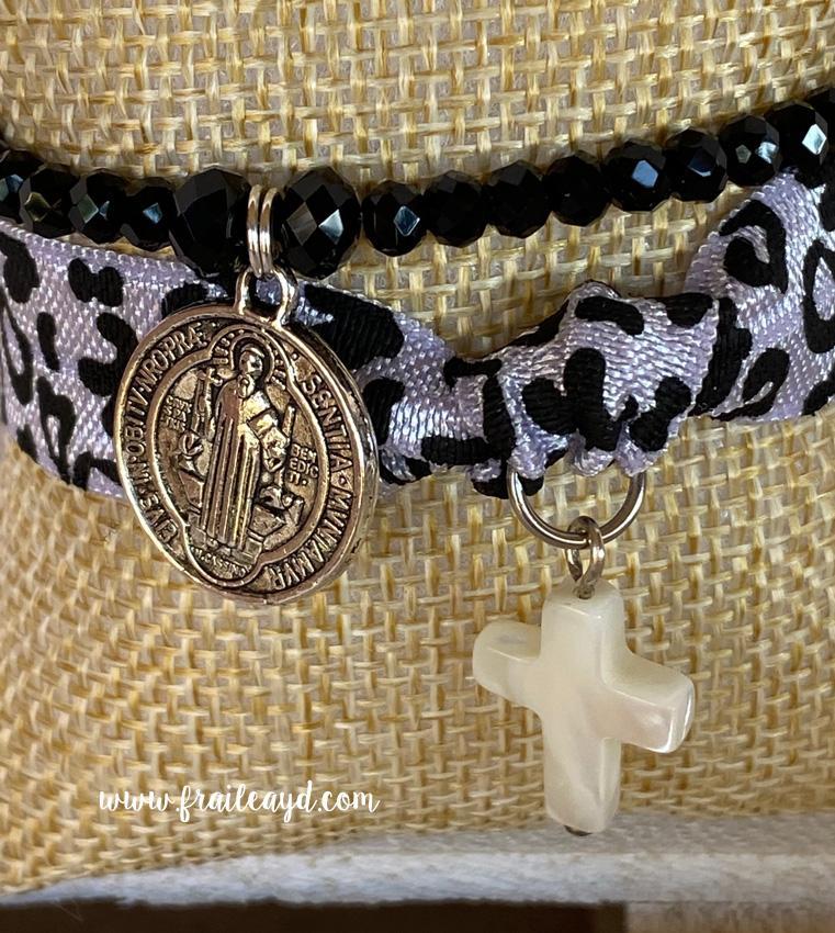 Pack pulseras cristal y elástica San Benito y cruz de nácar