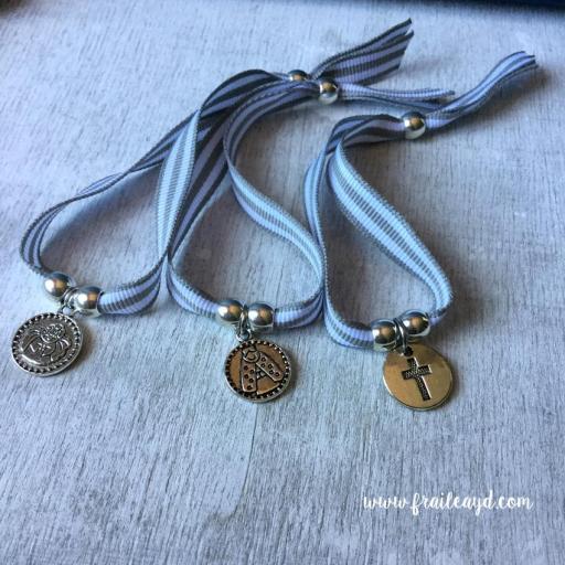 Pulseras de cinta de rayas grises con medalla [1]