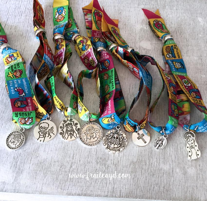 Pack 24 pulseras de oración con medalla en bolsa de lino/saco