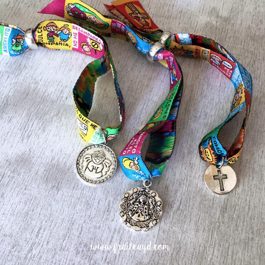 Pack 10 pulseras de oración con medalla en bolsa de lino/saco