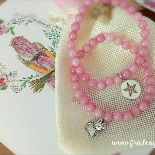 Pulsera bolitas rosas con medalla