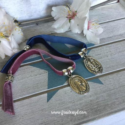 Pulsera terciopelo elástico medalla Virgen de Lourdes [2]