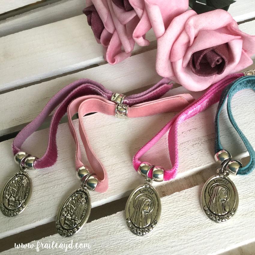 Pulsera terciopelo elástico medalla Virgen de Lourdes