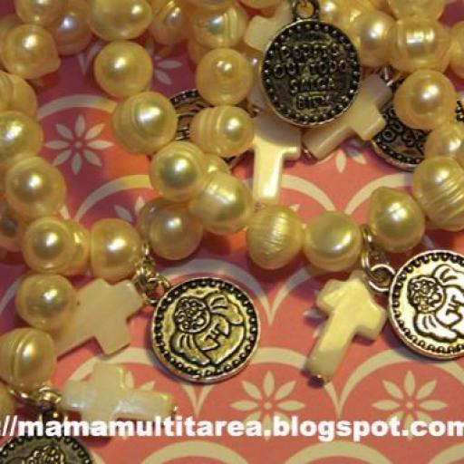 Pulseras perlas medianas medalla y cruz