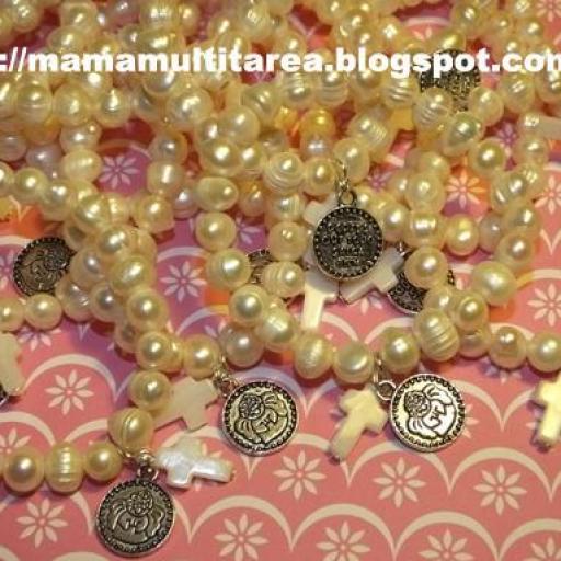 Pulseras perlas medianas medalla y cruz [1]