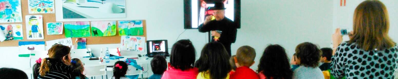 Encuentro de los escolares con Paco Abril en el Centro Niemeyer