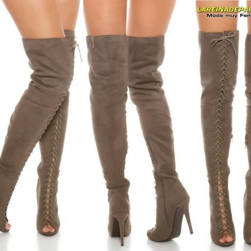 Botas sobre las rodillas ante gris [3]