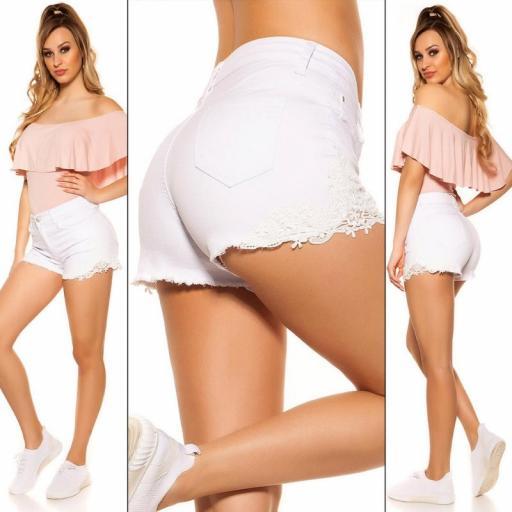 Jeans cortos con encaje blanco