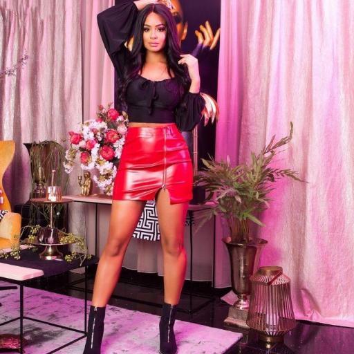 Minifalda pegadita de cuero rojo
