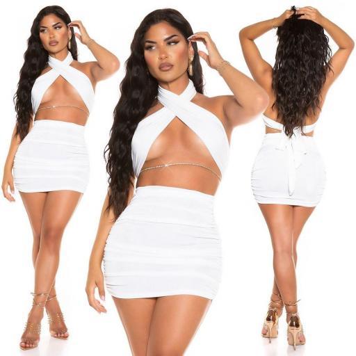 Minifalda con top blanco conjunto